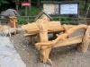 Stylizowane ławy przy wejściu do rezerwatu